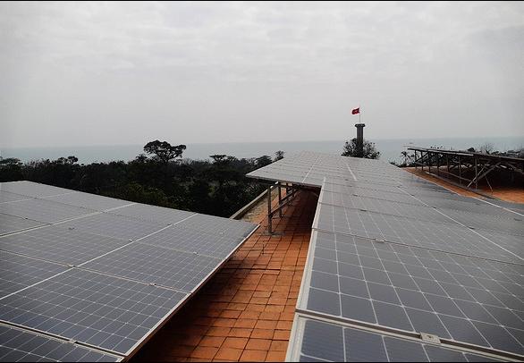 Giá điện áp mái giảm mạnh, bỏ giá FIT áp dụng đấu thầu điện mặt trời? - Ảnh 1.