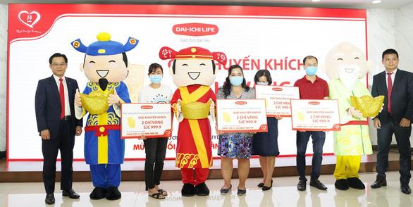 Lộc vàng trị giá hơn 9 tỉ đồng chính thức trao tay hàng trăm khách hàng Dai-ichi Life Việt Nam - Ảnh 1.