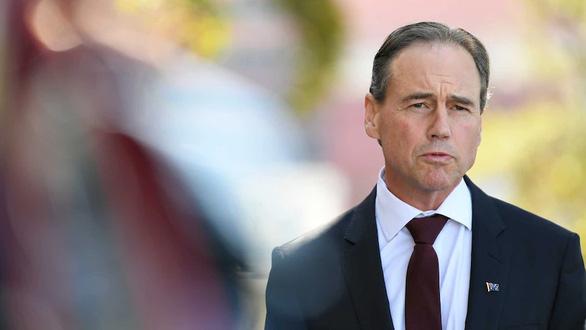 Bộ trưởng y tế Úc nhập viện sau khi tiêm vắc xin COVID-19 - Ảnh 1.