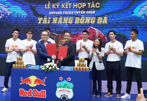 Hoàng Anh Gia Lai tuyển chọn tài năng bóng đá từ trẻ em đường phố - Ảnh 1.
