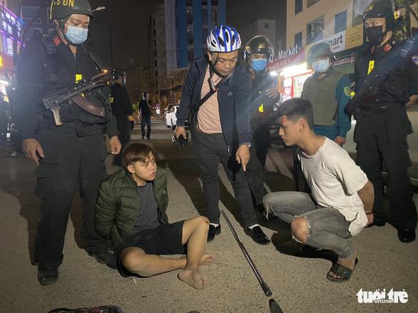 Cảnh sát nổ súng, truy đuổi bắt nhóm thanh niên mang dao phóng lợn - Ảnh 1.