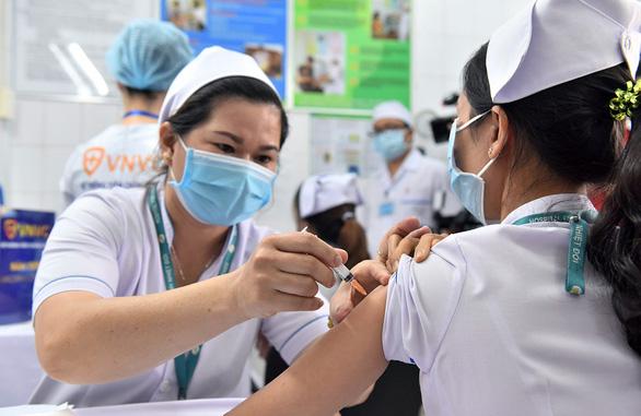 Ngày đầu tiêm vắc xin ngừa COVID-19: Không ghi nhận phản ứng bất thường sau tiêm - Ảnh 3.