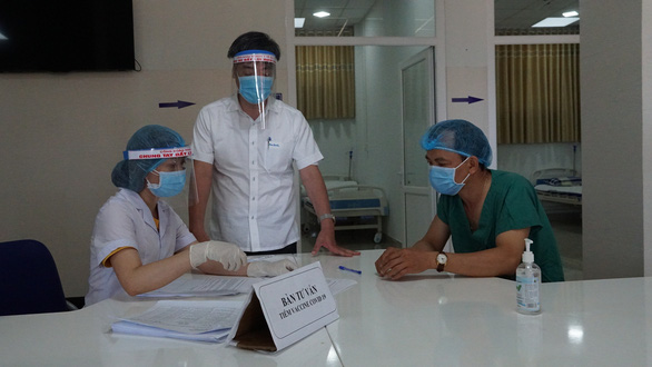 Gia Lai tiêm vắc xin COVID-19 cho nhân viên tuyến đầu chống dịch - Ảnh 2.