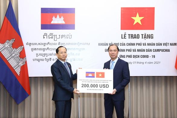Việt Nam hỗ trợ Campuchia hơn 4,5 tỉ đồng ứng phó COVID-19 - Ảnh 1.