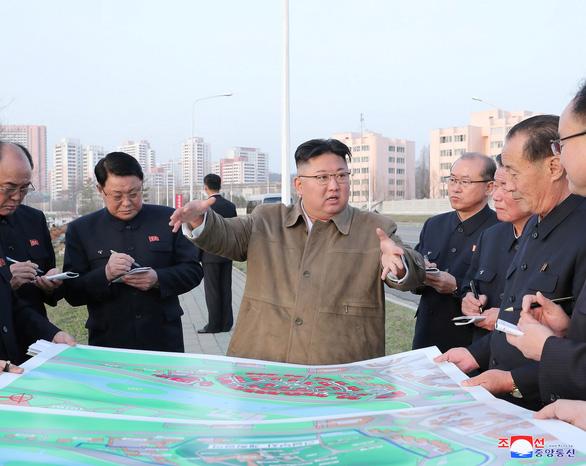 Ông Kim Jong Un kêu gọi xây thêm 50.000 căn hộ cho dân, LHQ cảnh báo thiếu đói ở Triều Tiên - Ảnh 1.