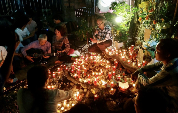 9 năm đốt nến, đồng ca bên mộ Trịnh Công Sơn - Ảnh 1.