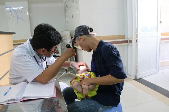 Mỗi ngày, bệnh viện ở Cần Thơ tiếp nhận điều trị hơn 70 ca tay chân miệng, nhiều ca nặng - Ảnh 1.