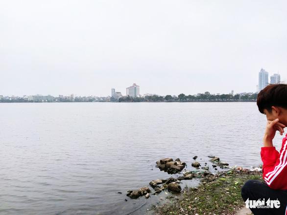 Nước hồ Tây chuyển màu xanh rêu, Bộ Tài nguyên - môi trường đề nghị Hà Nội vào cuộc - Ảnh 1.