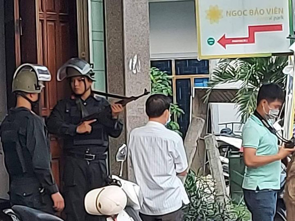 Công an mặc áo giáp, mang súng phong tỏa căn nhà ở TP Quảng Ngãi - Ảnh 1.