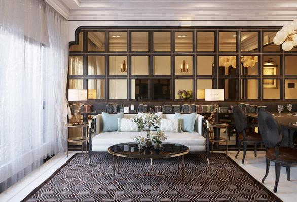 Vách ngăn tone màu trầm kết hợp cùng chất liệu kính giúp diện tích căn phòng mở rộng hơn so với thực tế. Nội thất được sắp xếp cân bằng, đối xứng, đem đến không gian sang trọng cho phòng khách.