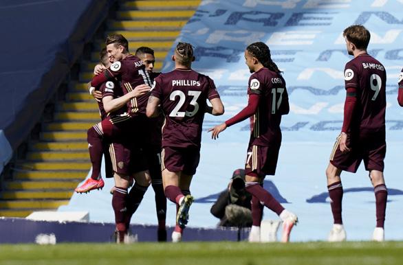 Man City thua sốc trước 10 người Leeds - Ảnh 1.