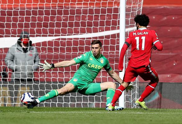 Thắng nghẹt thở Aston Villa, Liverpool vào top 4 - Ảnh 1.