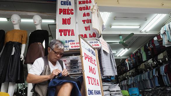 Nhớ lắm, tiếng rao thời nghèo khó - Kỳ 6: Người thợ 60 năm sửa khóa quần áo - Ảnh 1.
