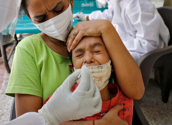 Ca lây nhiễm COVID ở Ấn Độ lại lên 6 số mỗi ngày - Ảnh 1.
