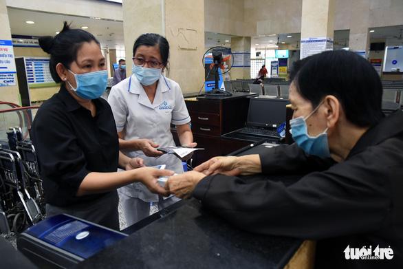 Sửa lại nơi đăng ký khám chữa bệnh BHYT ban đầu cho gần 1.000 người bị 'hạ tuyến' nhầm - Ảnh 1.