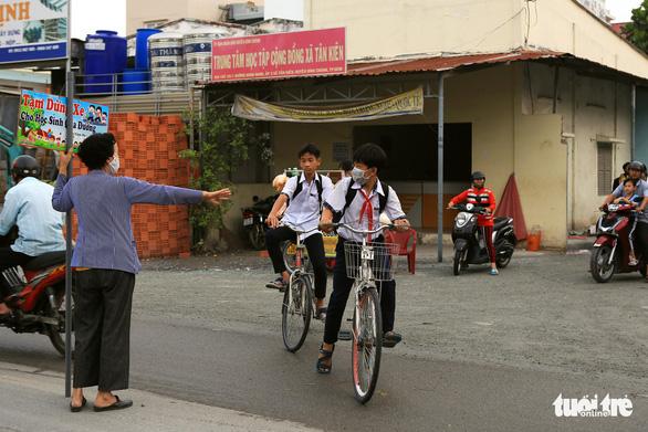 Bà ngoại Hai cầm bảng canh xe cho học trò qua đường an toàn - Ảnh 2.