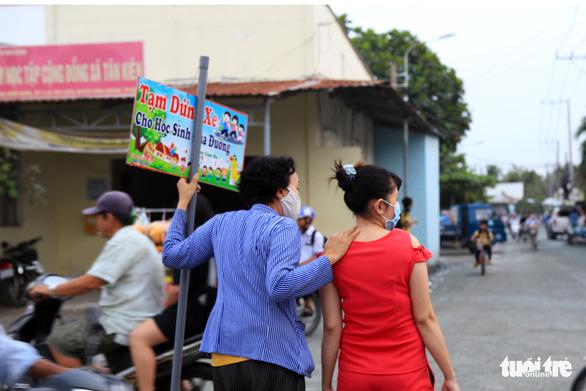 Bà ngoại Hai cầm bảng canh xe cho học trò qua đường an toàn - Ảnh 4.