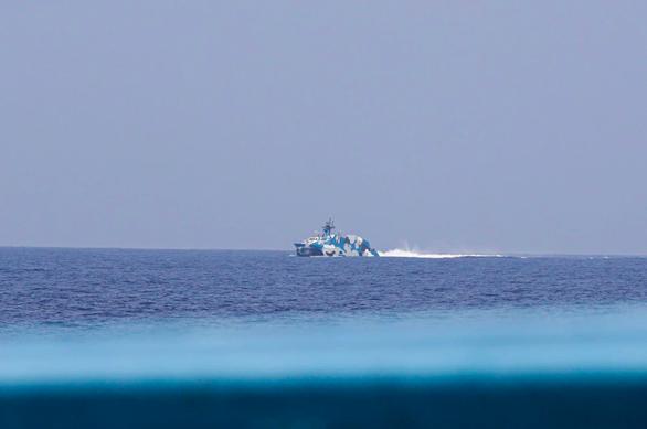 Philippines mở cuộc điều tra vụ tàu chở phóng viên bị tàu Trung Quốc rượt - Ảnh 1.