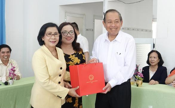 Phó thủ tướng Trương Hòa Bình tặng quà cho trẻ khuyết tật Quảng Ngãi - Ảnh 1.
