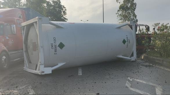 Xe kéo rơmooc chở dầu lật chắn ngang quốc lộ 1 - Ảnh 3.