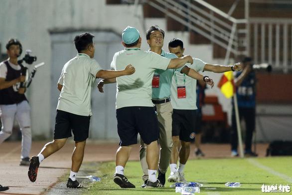 Thủ môn CLB Sài Gòn cứu thua khiến HLV CLB Hà Tĩnh muốn đuổi ngoại binh - Ảnh 8.
