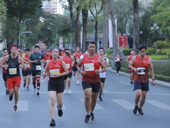 Vừa chạy bộ, vừa quảng bá hình ảnh thành phố - Ảnh 1.