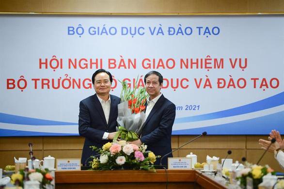 Ông Phùng Xuân Nhạ bàn giao nhiệm vụ cho tân bộ trưởng Bộ GD-ĐT - Ảnh 1.