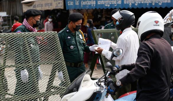 Campuchia truy tìm 56 ca COVID-19, thưởng 1.000 USD cho người tiêm vắc xin thứ 1 triệu - Ảnh 1.