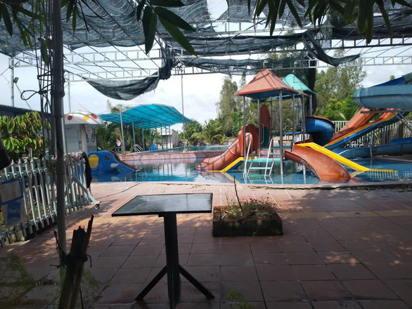 Bé 6 tuổi chết đuối trong khu hồ bơi người lớn, cà phê sân vườn - Ảnh 1.