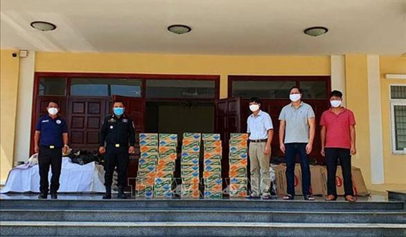 Tặng quà, phân phát hàng cứu trợ cho người Việt khó khăn ở Campuchia - Ảnh 1.