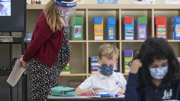 Trường học Mỹ chuẩn bị mở cửa trở lại nhờ tiêm đủ vắc xin - Ảnh 2.