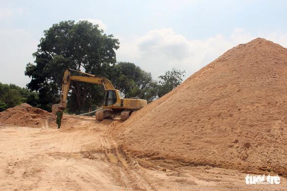 3 công ty đổ cát đá gây ô nhiễm môi trường bị phạt 210 triệu đồng - Ảnh 1.