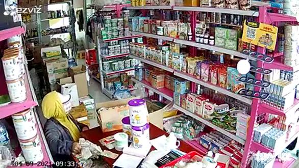Nhóm người nghi dàn cảnh trộm tiền cửa hàng bách hóa giữa ban ngày - Ảnh 1.