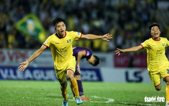 HLV Phan Thanh Hùng: Văn Toàn, Văn Đức ghi bàn như cầu thủ nước ngoài - Ảnh 1.