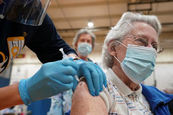 Tại sao phụ nữ gặp phản ứng phụ từ vắc xin COVID-19 nhiều hơn? - Ảnh 1.