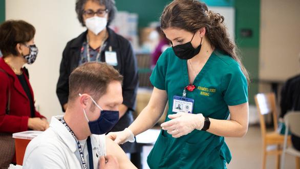 Trường học Mỹ chuẩn bị mở cửa trở lại nhờ tiêm đủ vắc xin - Ảnh 1.
