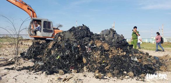 Từ điều tra của Tuổi Trẻ: Nhóm chôn 4.400 tấn rác thải san lấp mặt bằng hầu tòa - Ảnh 1.