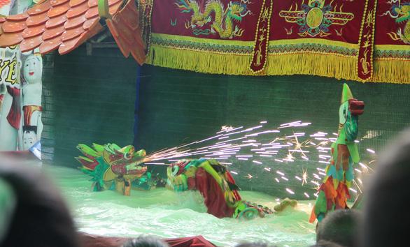 Lần đầu tiên con được coi múa rối nước, con thấy lạ và thích hơn rối cạn - Ảnh 4.