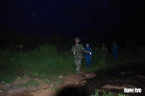 Tuần tra xuyên rừng sâu khóa đường mòn, lối mở ngăn dịch xâm nhập - Ảnh 1.