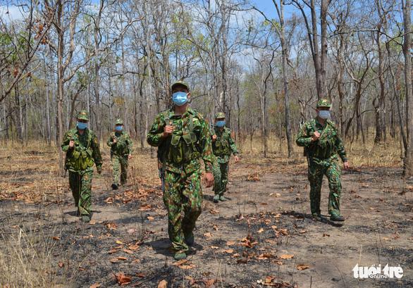 Tuần tra xuyên rừng sâu khóa đường mòn, lối mở ngăn dịch xâm nhập - Ảnh 5.