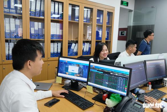 Hơn 29.200 tỉ đồng đổ vào mua bán cổ phiếu, lập kỷ lục mọi thời đại - Ảnh 1.