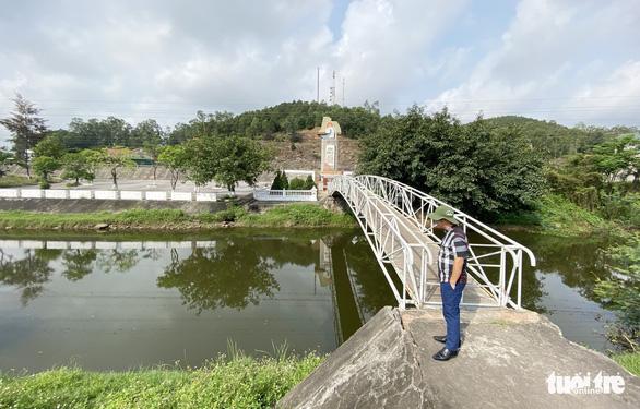 Lập đoàn kiểm tra vụ nước kênh Nhà Lê đổi màu đen, bốc mùi hôi thối - Ảnh 2.