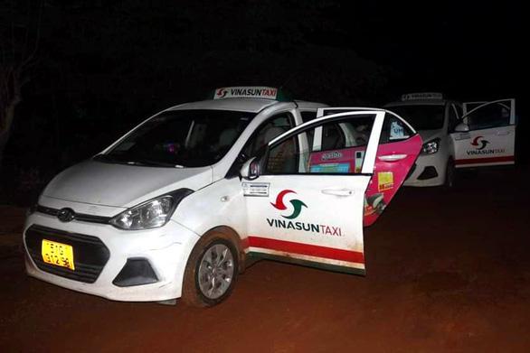 Chặn bắt 2 xe taxi chở 5 người nước ngoài nhập cảnh trái phép tại Bình Phước - Ảnh 2.