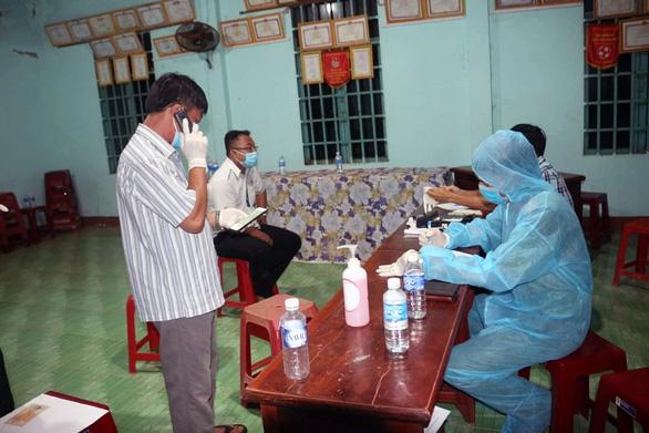Chặn bắt 2 xe taxi chở 5 người nước ngoài nhập cảnh trái phép tại Bình Phước - Ảnh 3.