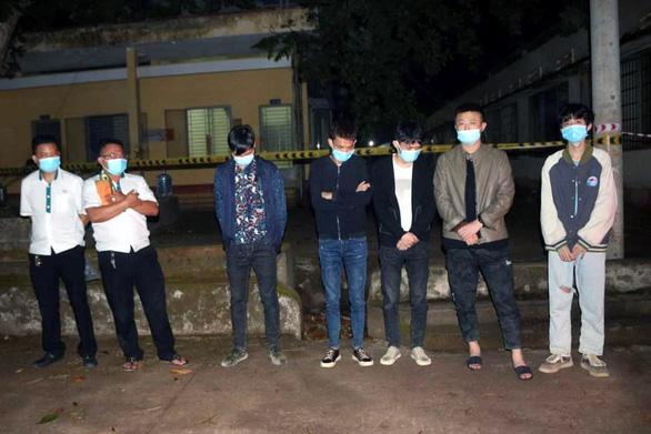 Chặn bắt 2 xe taxi chở 5 người nước ngoài nhập cảnh trái phép tại Bình Phước - Ảnh 1.