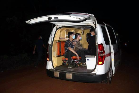 Chặn bắt 2 xe taxi chở 5 người nước ngoài nhập cảnh trái phép tại Bình Phước - Ảnh 4.