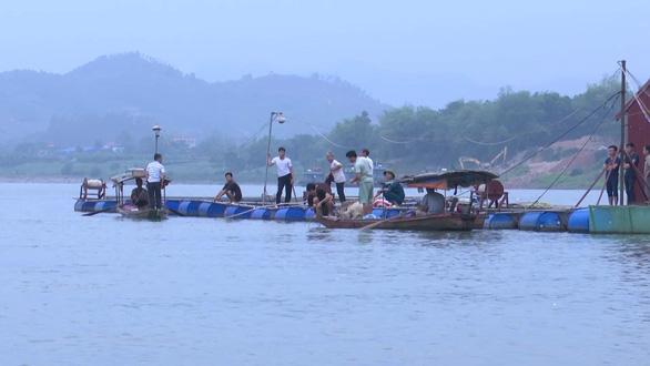 9 học sinh rủ nhau tắm sông Đà, 2 em đuối nước mất tích - Ảnh 1.