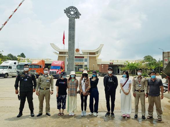 Đưa 6 người Việt được điều trị khỏi COVID-19 tại Campuchia về nước - Ảnh 1.
