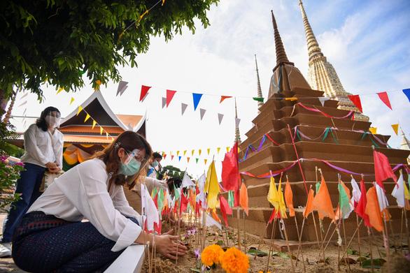 Tết cổ truyền Thái Lan: đường phố khắp nước vắng lặng, không té nước - Ảnh 5.