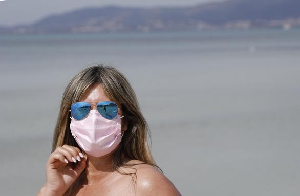 Virus SARS-CoV-2 không thích ánh nắng mặt trời - Ảnh 1.